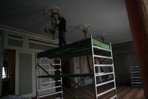 Het vervangen van oude katoenen bedrading om brand te voorkomen