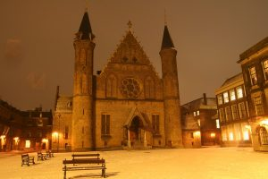 Binnenhof in de sneeuw bij nacht