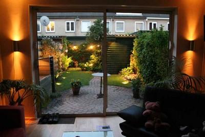 tuinverlichting gezien vanuit huis
