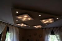 kleine lampjes in afwisseling met halogeen spots